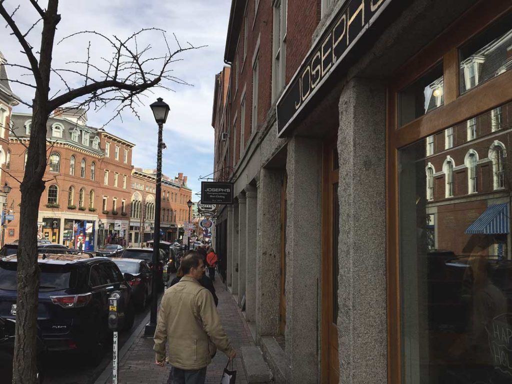 West End News - Banner Holiday Season - Old port shoppers