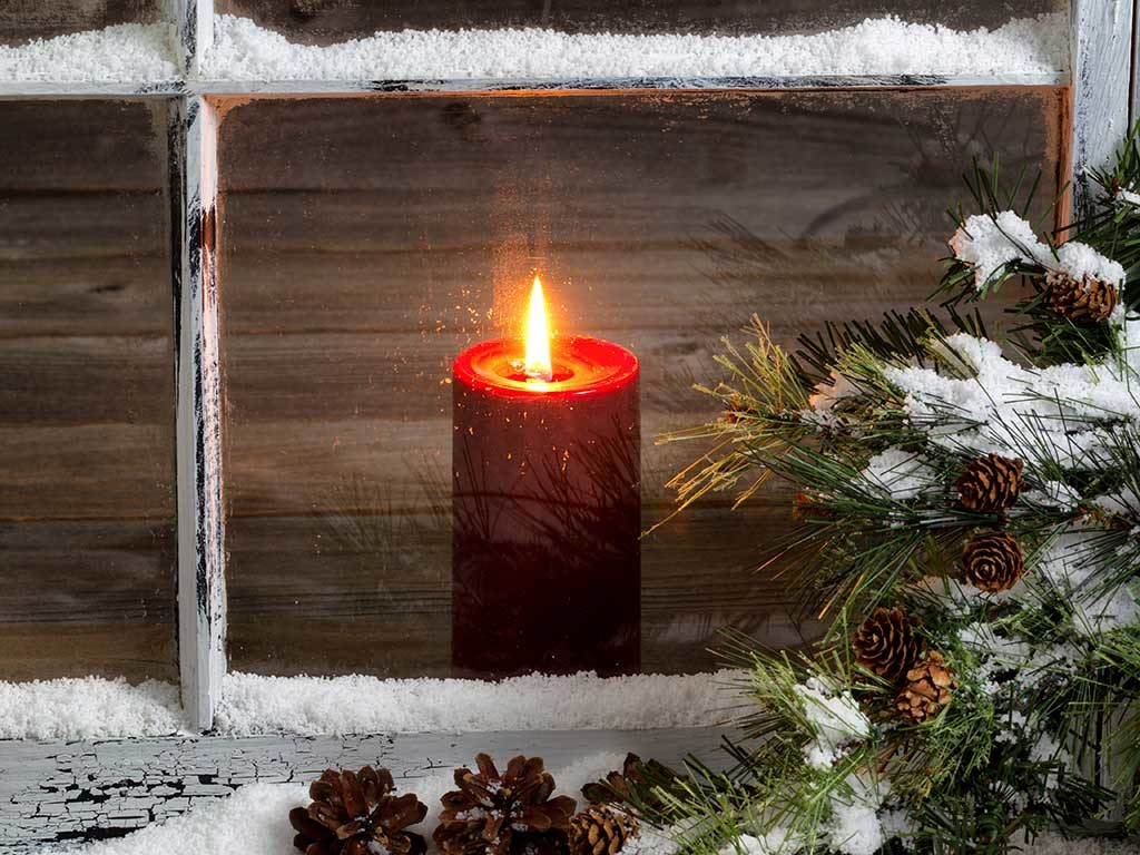 West End News - Candle in window -© tab62 / Adobe Stock