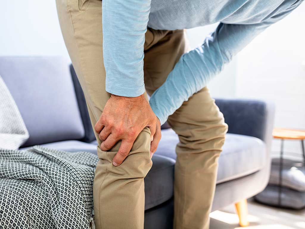 West End News - knee pain - Adobe stock
